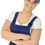 Freundliche junge Handwerkerin im Blaumann